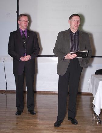 Ilmari Pulkkinen vastaanottamassa Vuoden Paikallisyhdistys-palkintoa