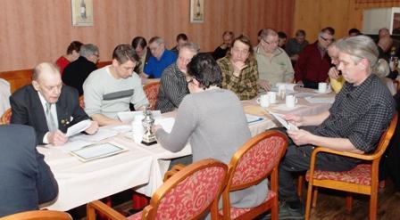 Suomen Beaglejärjestön vuosikokous 24.3.2012. Kuvassa kokousväkeä