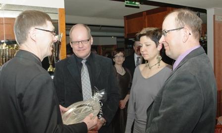 Suur-Savon Beagleyhdistyksen tervehdys vuosijuhlaan. Kuvassa vasemmalta Kainuun Beagle ry:n puheenjohtaja Ilmari Pulkkinen, Arto ja Anne-Mari Manner sekä Olavi Malmberg.